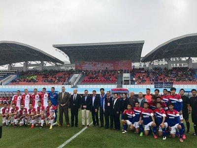 开赛前,捷克布拉格斯拉维亚队和海口博盈队两队球员与出席活动的官员和嘉宾进行合影留念
