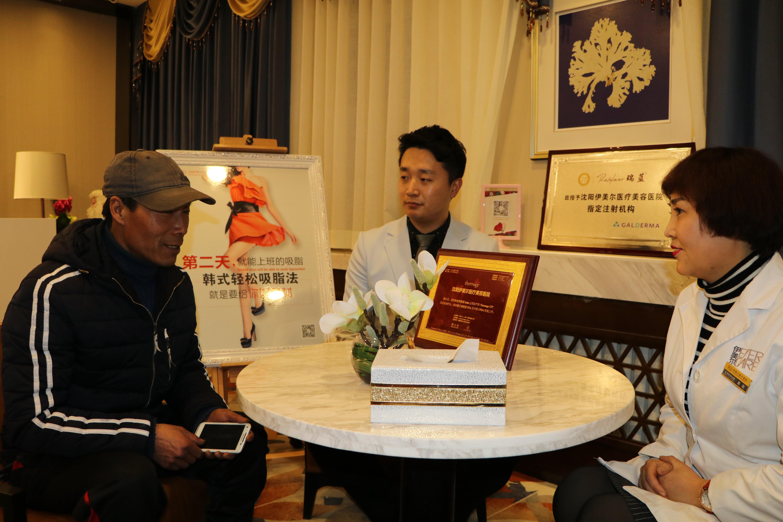 艺术考试形象设计师金永哲为黄仁祥进行形象设计