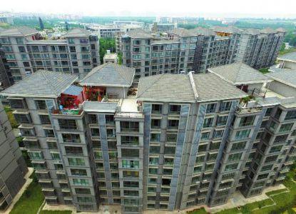 月29日,俯视西安财经学院长安校区家属楼上,不少楼顶都有不同程