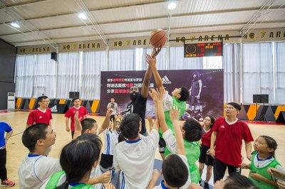 哈登与孩子们、阿迪达斯员工志愿者进行快乐篮球赛