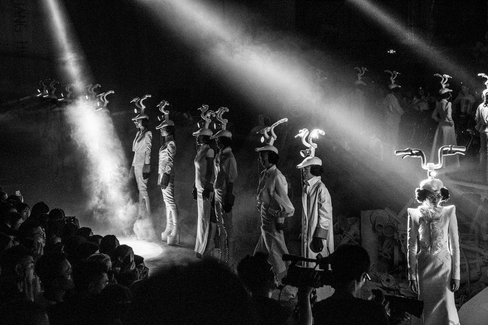 """跨界!胡社光骑行时装首秀:用双手""""传递""""时尚——""""摩拜乄SUNINSKY..."""