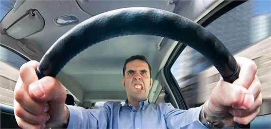 货车与客车高速互怼 路怒症后果很严重