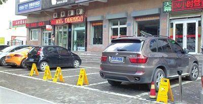为逃停车费拖收费员跑百米 竟被被出租拦截