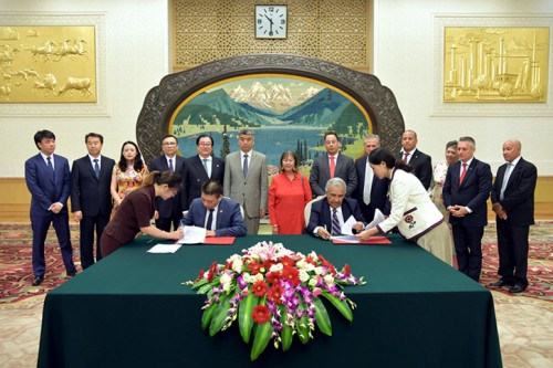 中国华阳总裁成清涛签约多米尼加蒙桑尼尔发电厂项目