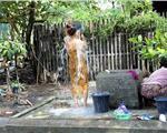 这个国家美女只能当街洗澡